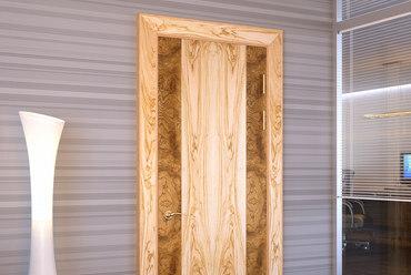 Что выбрать: шпонированные двери или из массива?